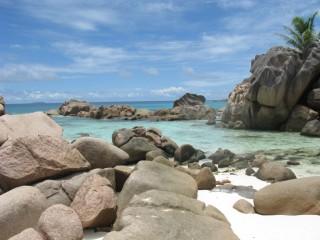 Steine am Strand Anse Cocos / La Digue / Seychellen