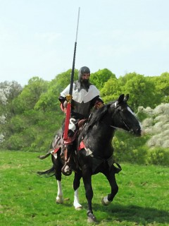 Ritter zu Pferde auf dem Weg zum Lanzengang